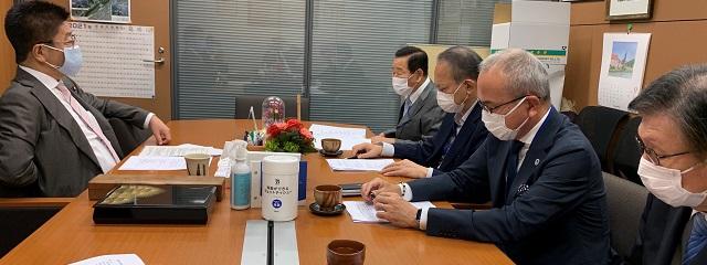 集結日本一共28個團體共同提出,希望能夠盡快解除對留學生入境的請願,由「一般社團法人外國人留學生高等教育協會」的小林代表理事、岡本副代表理事、多副代表理事等5人,一同向日本政府內閣總理大臣提出「外國人留學生入境限制緩和及疫苗接種支援」請願書,由加藤內閣官房長官代表接受。